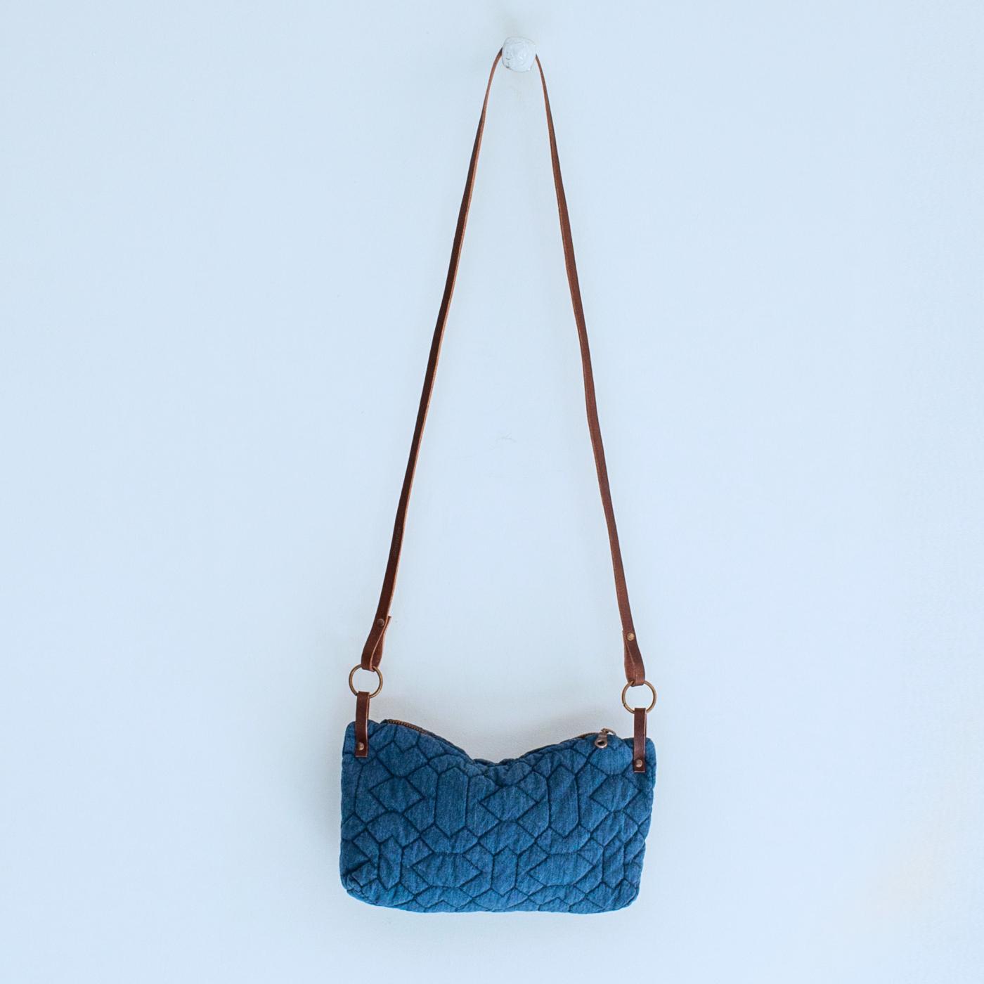 Bolso acolchado tira cuero, color azul petróleo Skandal